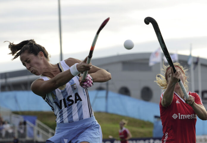 England's Sophie Bray (right) and Argentina's Silvina D'Elía  (c) Andy Smith