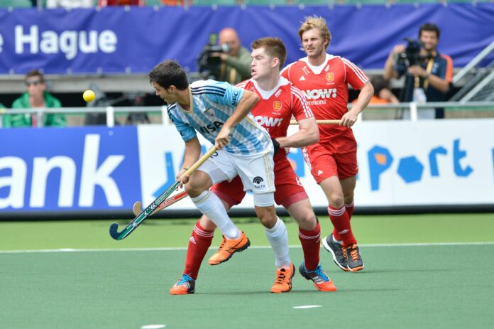 (l-r) Argentina's Matia Rey and England's Henry Weir and Ashley Jackson (c) hockeyimages.co.uk